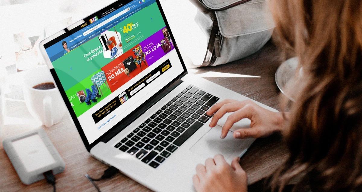 Mulher usando notebook para vender produtos online.
